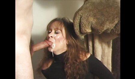 Une blonde films pornographique gratuite infidèle suce et chevauche une vieille grosse bite